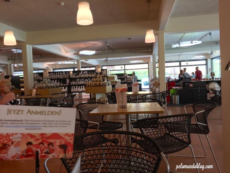 A cafeteria junto da loja.