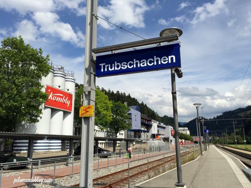 A estação ao lado da fábrica.