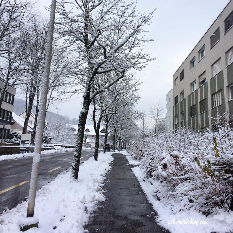 É assim que ficam as ruas e calçadas quando neva muito.