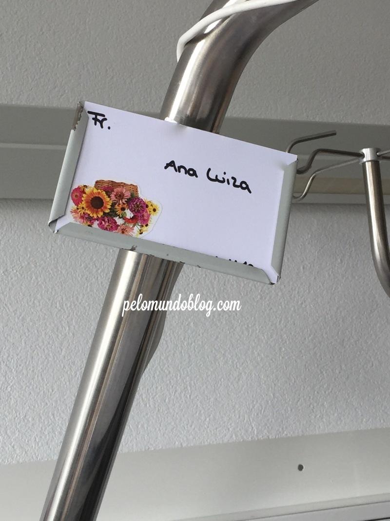 Plaquinha com meu nome no alto da minha cama.