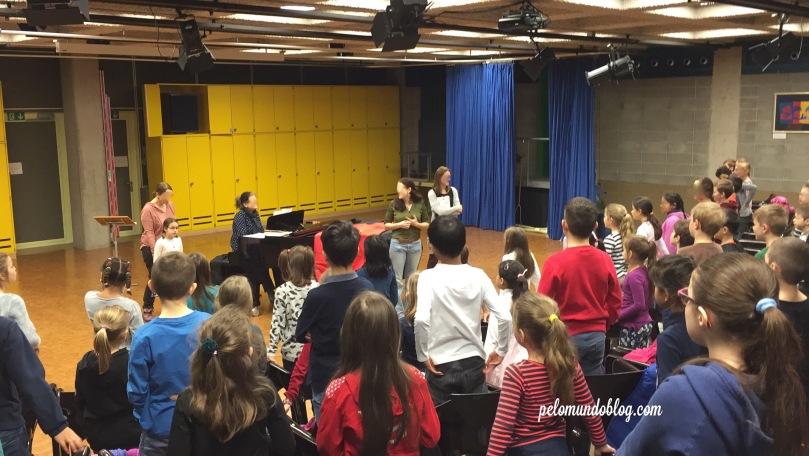 No dia do aniversário da Ana Julia teve aula de canto. E junto com outras turminha da escola, todos cantaram parabéns para ela.