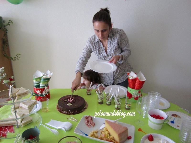 A tradicional foto da Ana Julia passando o dedo no bolo.