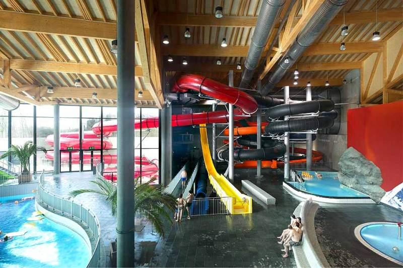 Toboáguas e piscina com onda. Foto: Aquabasilea