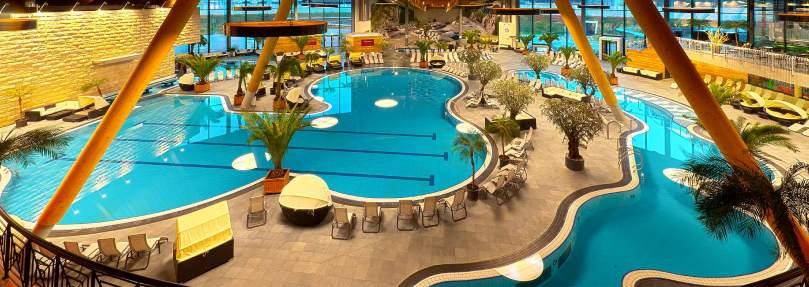 As piscinas principais, onde também estão o restaurante e o bar. Foto: Aquabasilea