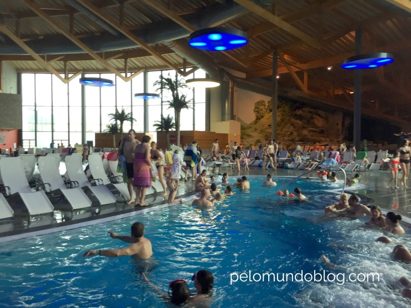 Nesta piscina tem acentos com hidromassagem.