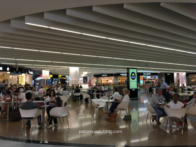 Terminal 1 com lojas e restaurantes.