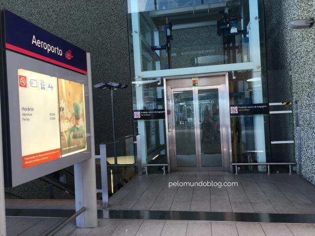 Elevador para ir às plataformas do metrô. (ao lado estão as escadas rolantes).