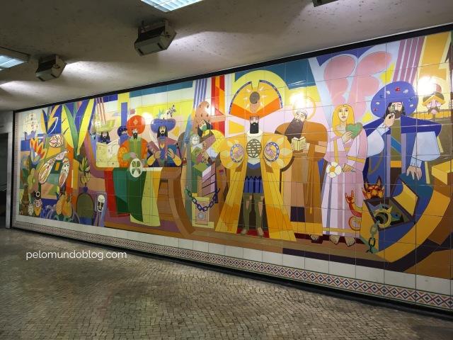 Painel feito em azulejos em homenagem aos 500 anos da chegada dos portugueses no Brasil. Fica na estação Restauradores.